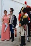 女士们先生们19世纪的舞厅衣服的在官员` s球 库存照片
