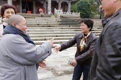 女士huangjiaoling的参观眉山寺庙 免版税库存图片