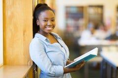 女大学生在图书馆里 库存照片