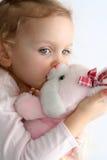 女婴和桃红色兔宝宝 免版税图库摄影