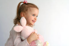 女婴和桃红色兔宝宝 图库摄影