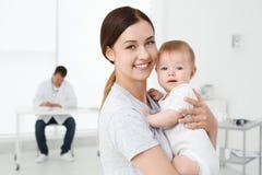 女婴母亲年轻人 库存照片