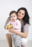 女婴母亲微笑 免版税库存照片