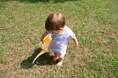 女婴浇灌 库存图片