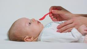 女婴由匙子采取医学 库存图片