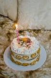 女婴的手工制造生日蛋糕 免版税库存图片