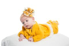 女婴纵向有黄色花的 库存照片