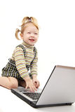 女婴膝上型计算机 免版税图库摄影