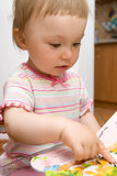 女婴读取 库存图片