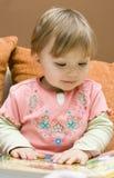 女婴读取 免版税图库摄影