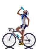 女子三项全能ironman运动员骑自行车者循环的喝 库存照片