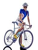 女子三项全能ironman运动员骑自行车者循环 库存照片