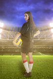 女子体育场的足球运动员 免版税库存图片