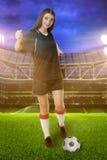 女子体育场的足球运动员 免版税图库摄影