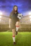 女子体育场的足球运动员 库存图片