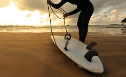 女子冲浪者以准备好冲浪 免版税库存图片
