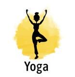 女子实践的瑜伽剪影在日落的 黄色站立在树姿势的一条腿的太阳和女孩 也corel凹道例证向量 免版税库存图片