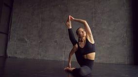 女子实践的瑜伽在演播室户内 女子实践的瑜伽、健康和健康概念 白种人女孩年轻人 影视素材