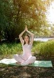 女子实践的瑜伽本质上 免版税库存图片