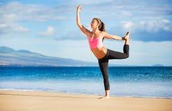 女子实践的瑜伽 库存照片