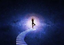 女子对宇宙的瑜伽台阶 免版税库存照片
