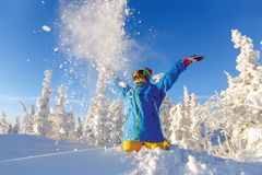 女子挡雪板获得乐趣在一个意想不到的冬天森林 免版税库存照片