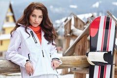 女子挡雪板 蓝色分行休息日霜谎言天空雪结构树冬天 snobord的美丽的女孩 免版税库存照片