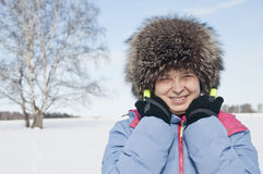 女子旅游滑雪者在多雪的森林里 免版税库存图片