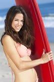 女子比基尼泳装&冲浪板的冲浪者女孩在海滩 免版税库存图片