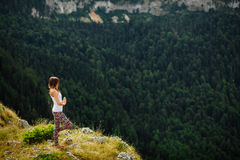 女子瑜伽放松在引人入胜的风景的地球结束时 图库摄影