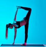 女子瑜伽exercices Ardha Chandrasana甲晕 免版税库存照片