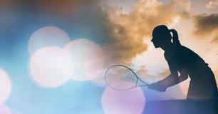 女子网球员剪影和蓝色bokeh转折 免版税库存图片