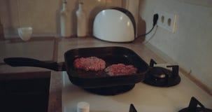 女子般地的特写镜头做在平底锅的气体滚刀食物 股票录像