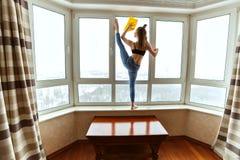 女子运动员洗涤窗口 免版税库存照片