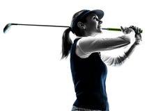 女子高尔夫球运动员打高尔夫球的剪影 免版税库存图片