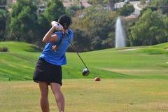 女子高尔夫球运动员 免版税库存照片