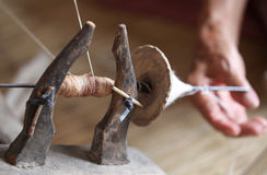 女子,在手纺车的松捻大麻制成的绳索 免版税库存照片