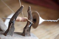 女子,在手纺车的松捻大麻制成的绳索 库存照片