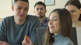 女学生与她的男同学谈话 免版税库存图片