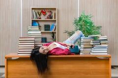 年轻女学生为学院学校检查做准备 库存照片