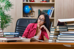 年轻女学生为学院学校检查做准备 免版税库存图片