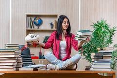 年轻女学生为学院学校检查做准备 免版税图库摄影