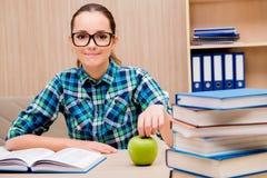 年轻女学生为检查做准备 免版税图库摄影