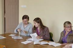 女学生在教室 库存照片