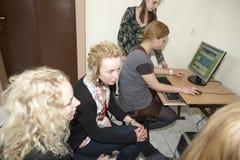 女学生在教室 免版税库存图片