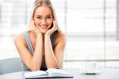 年轻女学生学习 免版税库存图片
