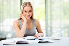 年轻女学生学习 库存图片