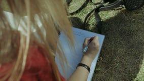 女学生有笔文字的` s手在笔记本 股票视频