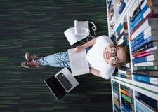 女学生研究在图书馆里,使用片剂和搜寻为 免版税图库摄影