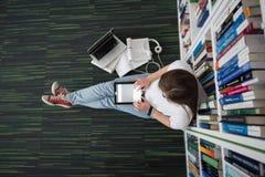 女学生研究在图书馆里 图库摄影